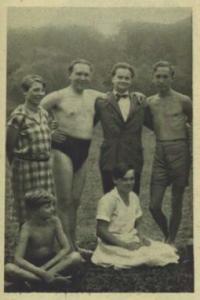 Nezval v plavkách (1927).
